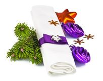 与枝杈圣诞树和装饰的餐巾 免版税图库摄影