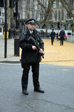 与枪伦敦的警察2016年 免版税库存照片