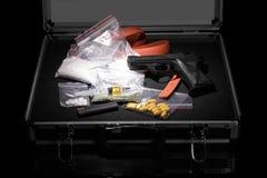 与枪和药物的案件 库存图片