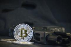 与枪和黑面具的发光的Bitcoin硬币 免版税库存图片