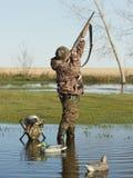 与枪射击的鸭子猎人 免版税库存照片