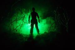 与枪的军事战士剪影 战争概念 与在战争雾天空背景,世界大战Soldie的军事剪影场面战斗 免版税图库摄影