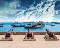 与枪的堤防在有海洋的桑给巴尔桑给巴尔石头城ba的 库存照片