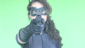 与枪的女孩射击 股票录像