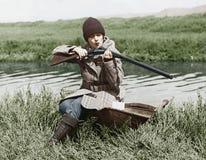 与枪的女性猎人在河附近(所有人被描述不更长生存,并且庄园不存在 供应商保单ther 库存照片