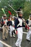 与枪的战士行军 免版税库存照片