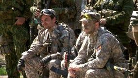 与枪的Airsoft比赛在军事多角形 股票视频