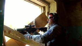 与枪的Airsoft比赛在军事多角形 影视素材