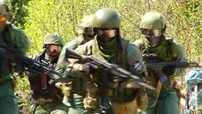 与枪的Airsoft比赛在军事多角形 股票录像
