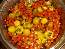 与枸杞chinense的菊花茶 库存照片