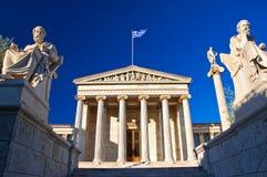 与柏拉图和Socrates纪念碑的雅典科学院。 免版税库存图片