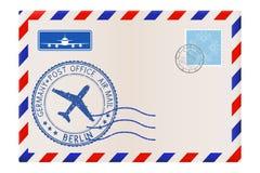 与柏林邮票的信封 与邮戳和邮票的国际邮件邮费 免版税库存照片