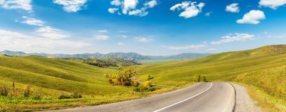 与柏油路的山风景 免版税库存图片