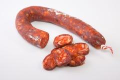 与某一裁减片断的红色加调料的口利左香肠 免版税库存照片