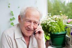 喜悦资深说在电话里 免版税库存照片