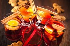 与柑橘和蔓越桔的Glintwine 圣诞节和冬天温暖的饮料在木背景 免版税库存图片