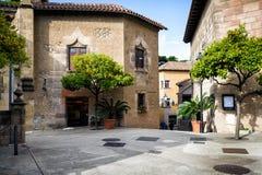 与柑橘树的传统中世纪正方形在西班牙村庄& x28; Poble Espanyol& x29;在巴塞罗那镇,卡塔龙尼亚,西班牙 免版税库存图片