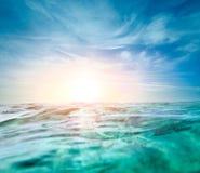 与柔光太阳的抽象水下的背景 免版税图库摄影