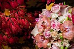 与柔和的兰花和玫瑰的新娘花束 免版税库存照片