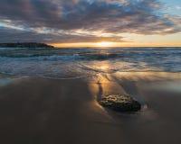 与柔和的海浪的宜人的早晨在海滩 免版税库存照片