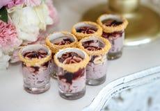 与柔和的淡色彩的婚礼装饰上色了杯形蛋糕、蛋白甜饼、松饼和macarons 典雅和豪华事件安排 免版税库存图片
