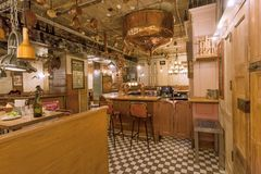 与柜台,葡萄酒家具和里面啤酒轻拍的减速火箭的样式酒吧 图库摄影