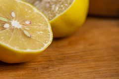 与柠檬一半的静物画在一张木桌上 库存照片