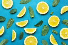 与柠檬切片和薄荷叶的有魄力的淡色背景 夏天五颜六色的样式 平的位置样式 免版税库存照片