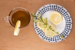 与柠檬切片和绿色叶子的柴茶 库存照片