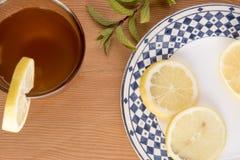 与柠檬切片和绿色叶子的柴茶 库存图片