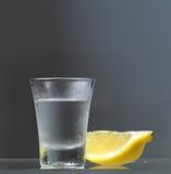 与柠檬切片的伏特加酒玻璃 免版税库存图片