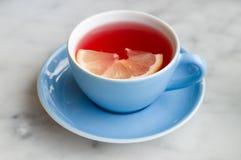 与柠檬切片的红色果子茶 库存照片