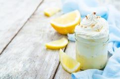 与柠檬奶油、冰淇凌和打好的奶油的层状点心 免版税图库摄影