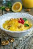 与柠檬奶油和坚果的鲜美小米粥早餐 库存图片