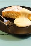 与柠檬奶油的柠檬蛋糕 免版税库存照片