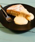 与柠檬奶油的柠檬蛋糕 免版税图库摄影