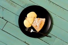 与柠檬奶油的柠檬蛋糕 库存图片