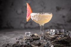与柠檬柑橘和姜的酒精或非酒精鸡尾酒用加的利口酒、伏特加酒、香槟或者马蒂尼鸡尾酒 冷饮 库存照片