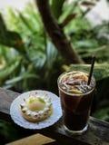 与柠檬汁和柠檬馅饼的被冰的咖啡 免版税库存图片