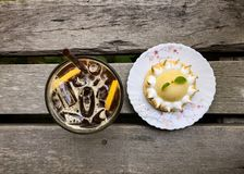 与柠檬汁和柠檬馅饼的被冰的咖啡 库存照片