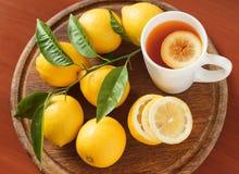 与柠檬特写镜头的红茶 图库摄影