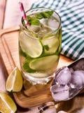 与柠檬薄荷叶子的冷水 与石灰切片的柠檬水 免版税库存图片