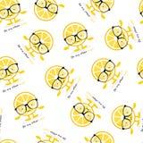 与柠檬逗人喜爱的微笑字符的无缝的样式在玻璃 动画片黄色果子 皇族释放例证