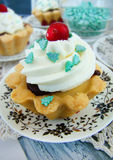 与柠檬酱奶油和巧克力的酥皮点心果子馅饼 库存照片