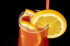 与柠檬里面的酒精鸡尾酒和在玻璃的柠檬与秸杆 库存照片