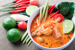 与柠檬香茅(汤姆Goong)的泰国大虾汤在布朗布料背景 库存图片