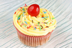 与柠檬buttercream的花梢杯形蛋糕 免版税库存照片