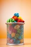 与查出的纸张浪费的垃圾桶 免版税库存照片