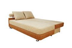 与查出的织品室内装潢的布朗沙发 免版税库存照片