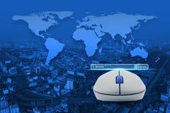 与查寻万维网按钮的无线计算机老鼠在城市塔, 免版税库存照片